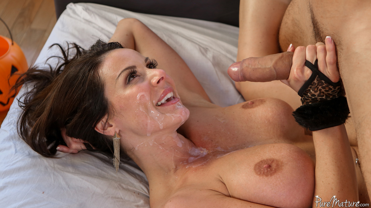 image Busty cougar lisa ann plays with her clean pussy