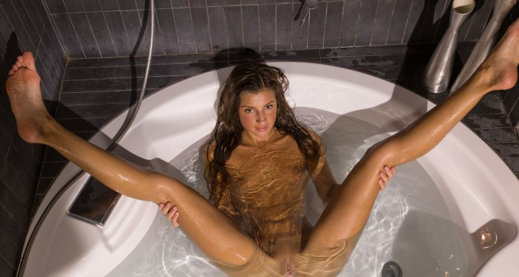 Melena A spreads her legs in the tub