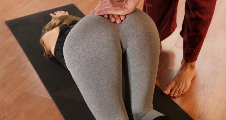 Naughty yoga instructor takes advantage of his female students